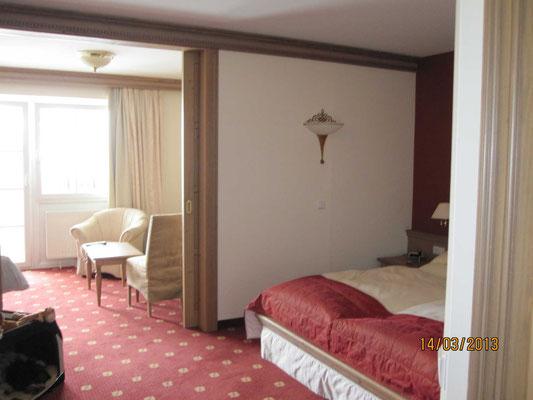 Unser Zimmer, meine Hütte steht immer in der Nähe des Bettes, sonst haben meine Menschen Angst.