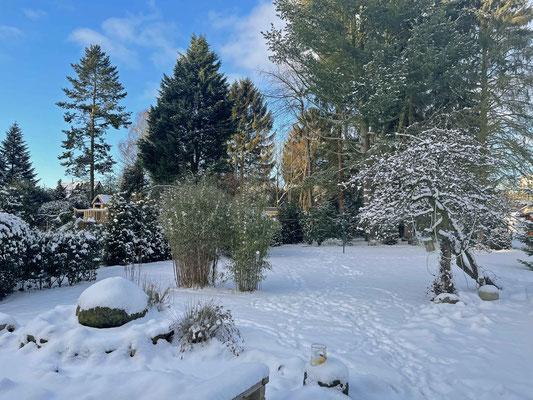... am nächsten Morgen ist noch etwas mehr Schnee im Garten.
