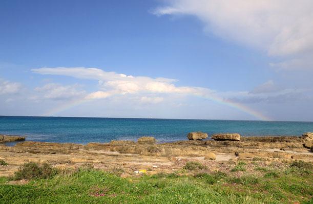 Die Felsenküste San Lorenzo wird immer wieder von Sandbuchten unterbrochen
