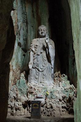 五行山の洞窟内の仏像