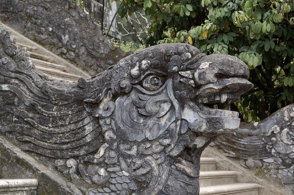 カイディン帝陵の階段手すりの龍