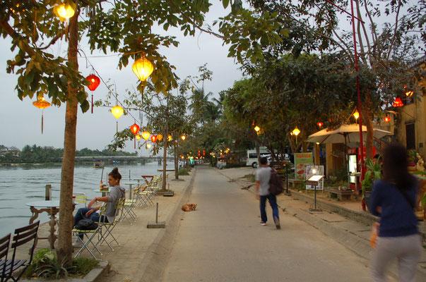 ホイアン市内の川沿いのレストラン