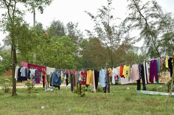みやげ品屋の裏の洗濯物