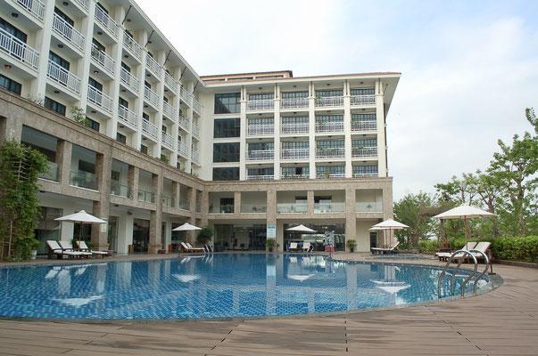 ホテルとプール