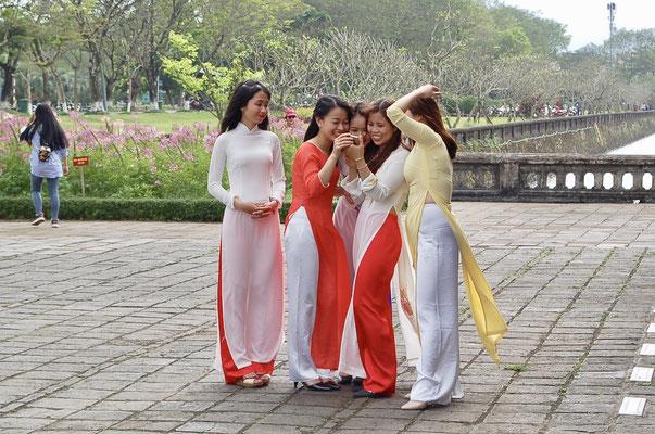 アオザイ姿の女性達