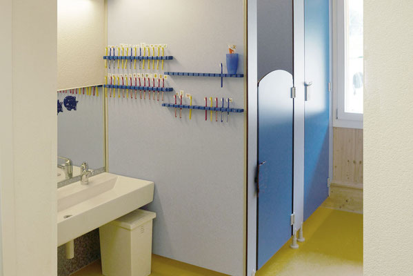 offener Wasch- und Toilettenbereich