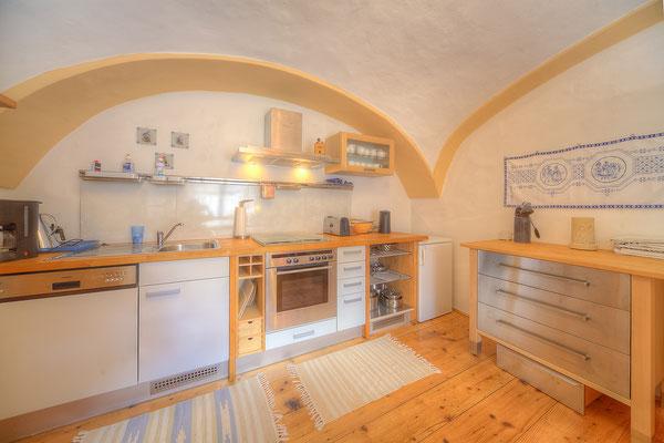 Küchenzeile unter der Gewölbedecke
