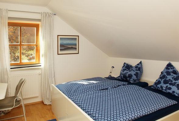 Schlafzimmer 12 m² Links ein Schreibtisch
