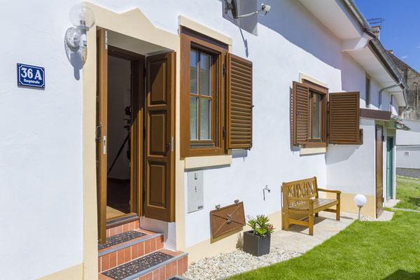Hofgasslhaus Eingangsbereich und Wohnzimmerfenster