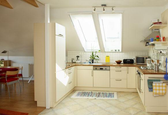 Blick in die Küche Links ist der Esstisch zu sehen