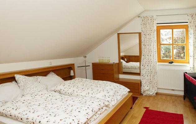 Schlafzimmer 17 m² Rechts steht ein drittes Bett, manchmal auch ein Kinderbett