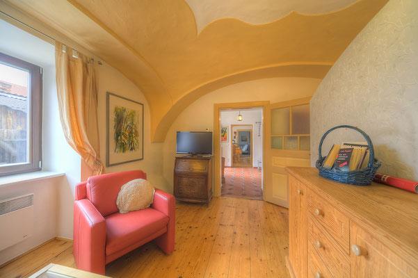 Wohnzimmer mit Flat-TV - Blick auf die Diele, rechts hinter der Trennwand liegt der Schlafbereich