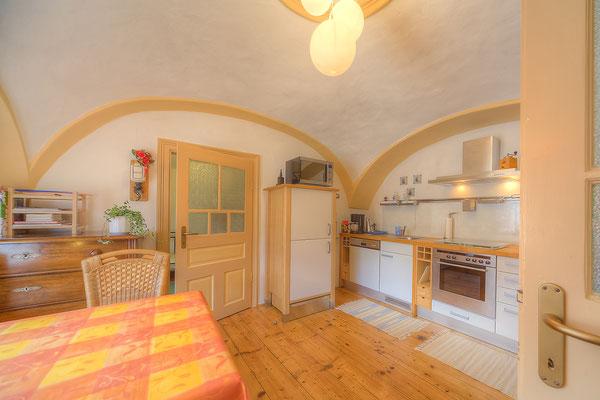 Blick in die Küche - Links der Esstisch