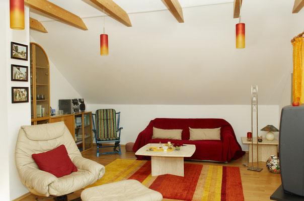 Wohnzimmer Blick vom Esstisch in die Sitzecke