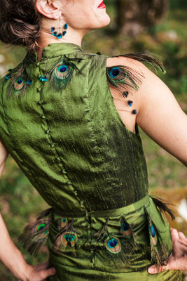 Boucle d'Oreille. Attache en Argent et Plumes naturelles de Paon. Nadège Barthe/Robe en Soie sauvage Capucine Panfiloff