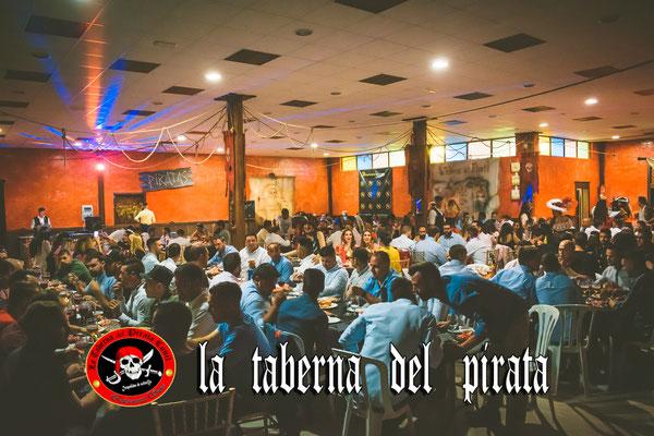 foto de grupo en las mesas en la taberna del pirata en Chiclana de la frontera