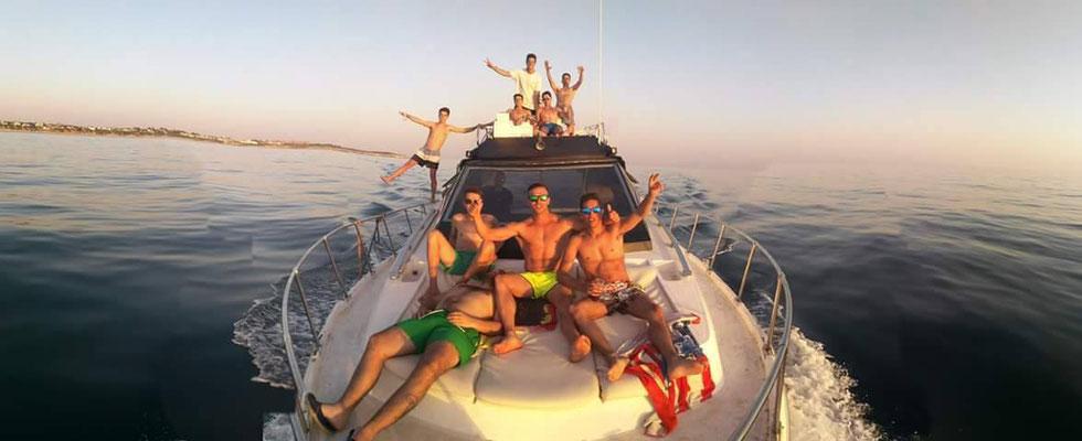 grupo de amigos de fiesta en un barco