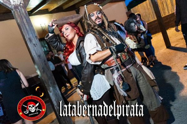 foto de grupo en la taberna del pirata en Chiclana de la frontera