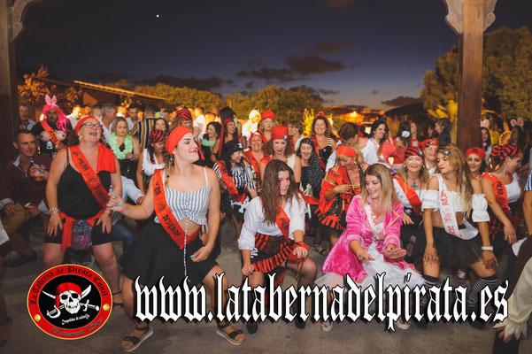 foto de grupo bailando en la taberna del pirata en Chiclana de la frontera
