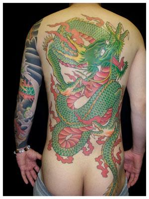 龍の抜き彫り刺青、和彫り