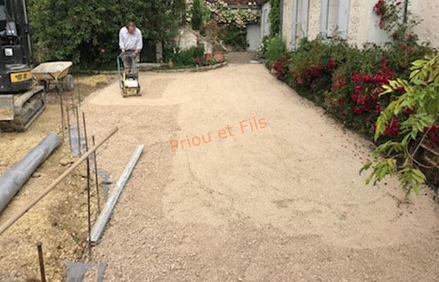 préparation en calcaire avant la pose des pavés sur la terrasse
