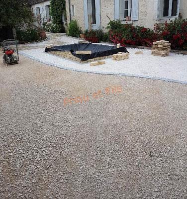 préparation en calcaire de la cour avant l'application de l'émulsion gravillonnée