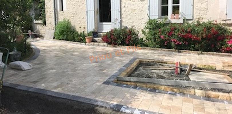 pose des pavés en pierre naturelle sur la terrasse