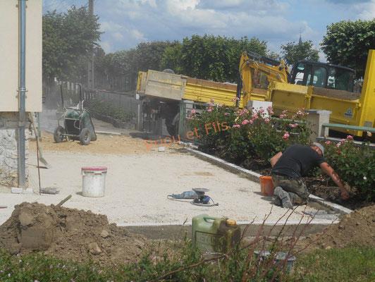 préparation de la cour en calcaire avec ligne de pavés en bordure