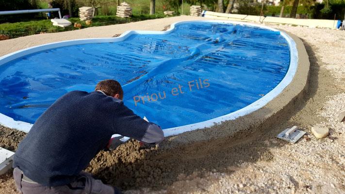 mise en place de la semelle en béton pour pose des margelles de la piscine