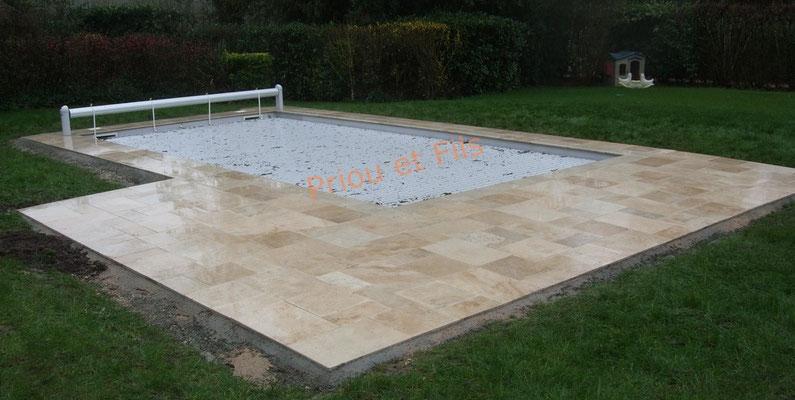 pose de dalles en pierre naturelle autour d'une piscine