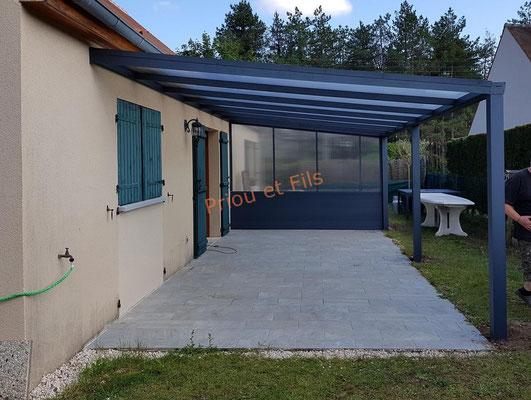 pergola aluminium structure gris anthracite, couverture en polycarbonate avec paroi latérale en polycarbonate et lame aluminium gris anthracite