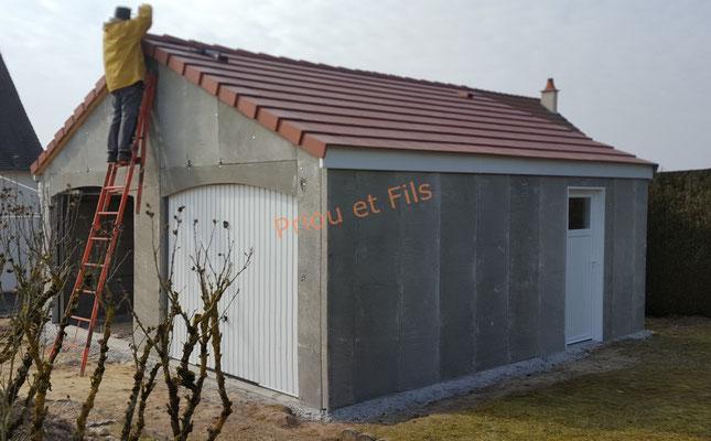 garage préfabriqué avec porte basculante et porte de service