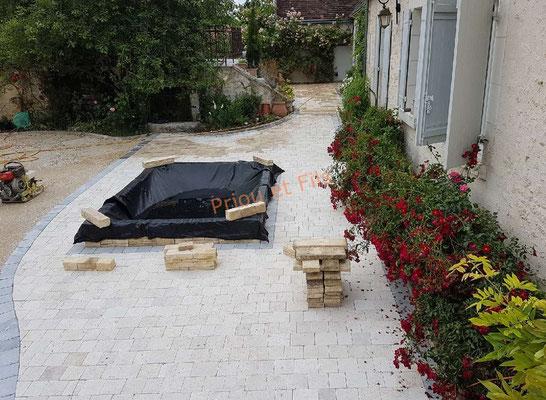 pose des pavés en pierre naturelle sur la terrasse et création d'un petit bassin