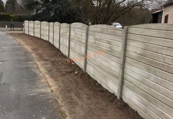 clôture en béton aspect bois posée, travaux finis