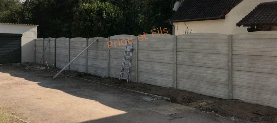 pose de la clôture en béton aspect bois