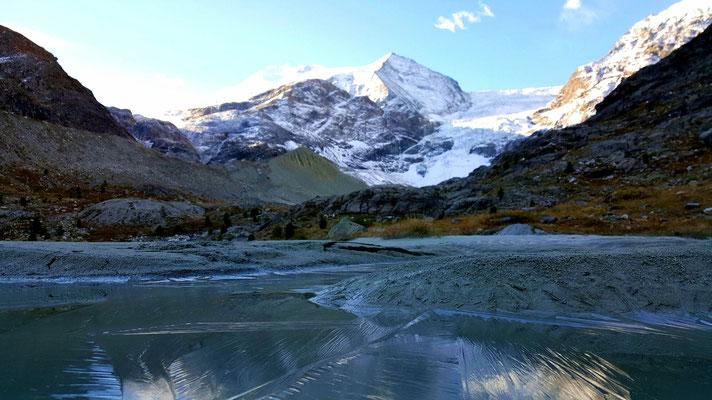 Eis auf dem Gletscherwasser, die Nacht war kalt