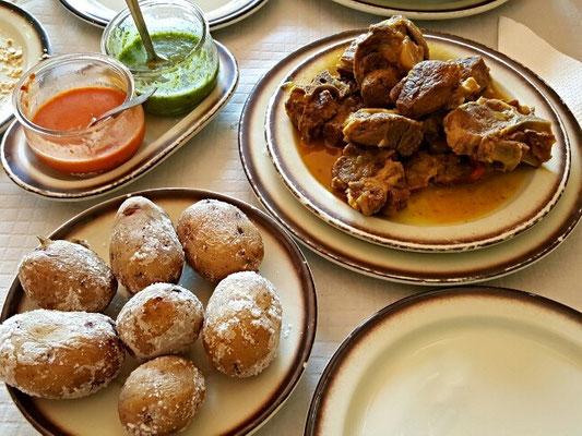 Mojo Verde, Mojo Rosso, gekochtes Ziegenfleisch und Papas Arrugadas