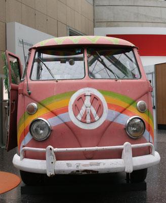 """VW-Bus """"Bulli"""" mit Anti-Atomtod-Emblem im Haus der Geschichte, Bonn"""