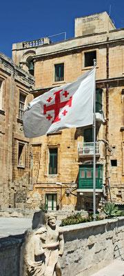 """Fahne mit einer Variante des """"Jerusalemkreuzes"""", wie sie auf Malta am Palmsonntag gehißt wird, 2010"""