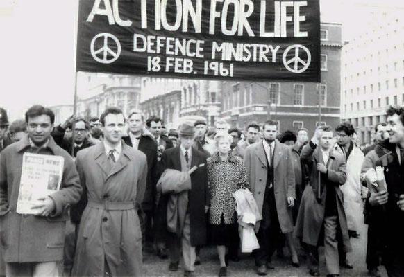 Aufmarsch der CND in London, Februar 1961, in der Mitte Bertrand Russell