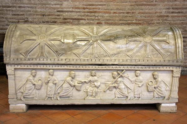 """Sarkophag mit """"Sonnenkreuzen"""" aus der Kirche San Apollinare in Classe, Ravenna, 6. Jahrhundert"""