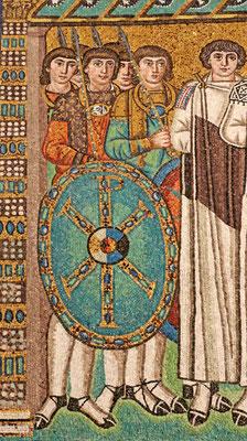 Darstellung der Leibwache Kaiser Justinians, Mosaik aus der Kirche San Vitale, Ravenna, Mitte des 6. Jahrhunderts