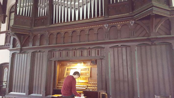Benjamin an der Orgel in der Heilig Kreuz Kirche Leipzig