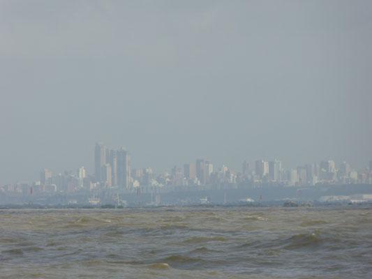 Skyline von Barranquilla mit der Kakao-Brühe des Rio Magdalena