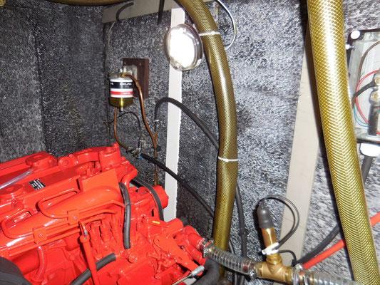 Vorderseite des Motorraums mit den neuen weißen Kabelkanälen