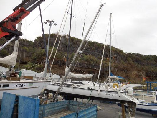 Der Mast schwebt dem Boot entgegen