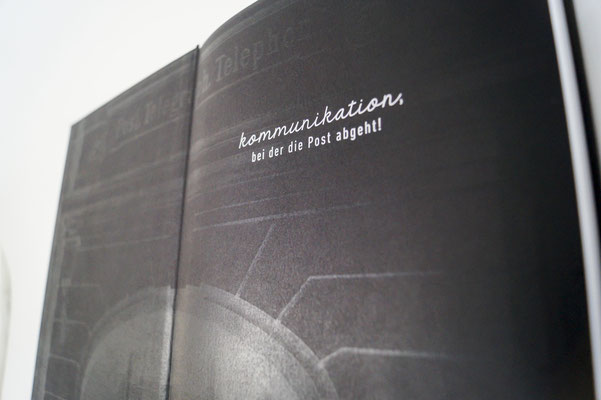 Digitaldruck in schwarz und weiß auf schwarzem Papier