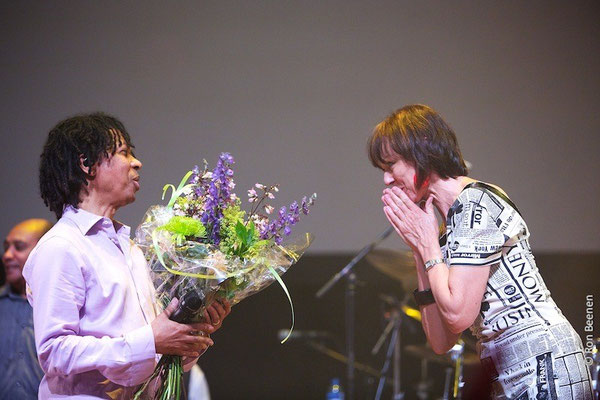 giving flowers to Djavan