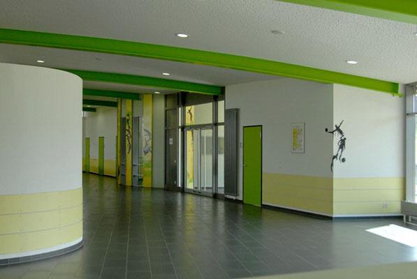 Schönbrunnenhalle Essingen, Eingansbereich mit Sportpiktogrammen