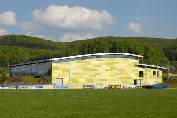 Schönbrunnenhalle Essingen, Farbkonzept Fassade, geschwungenes Dach